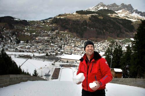 Albin «Bini» Amstutz mit dem technischen Schnee: Der 45-Jährige ist der Herr über die Titlis-Schanze. (Bild: Nadia Schärli)