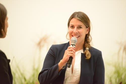 Die Abfahrts-Olympiasiegerin Dominique Gisin aus Engelberg gab als prominente Fürsprecherin der Fakultät am Eröffnungsabend ein Interview. (Bild: pd / Universität Luzern)