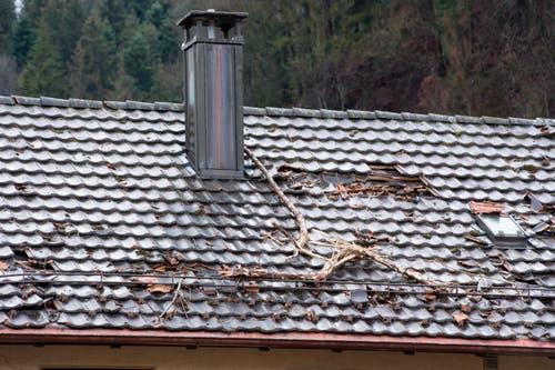 Schäden an einem Hausdach. (Bild: Keystone / Urs Flüeler)