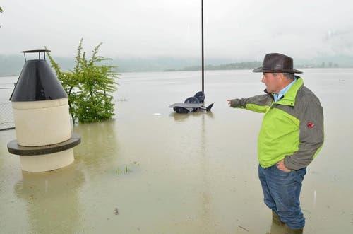 1. Juni: Heftige Regenfälle führen zu Hochwasser in der Zentralschweiz. Severein Dettling steht in Lauerz in seinem überschwemmten Garten, der optisch zu einem Teil des Lauerzersees mutiert ist. (Bild: Bert Schnüriger / Neue SZ)