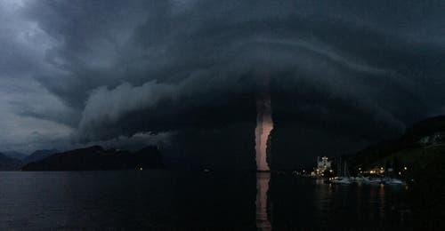Bald ist das Gewitter da. (Bild: Leserbild Marco Götschi)