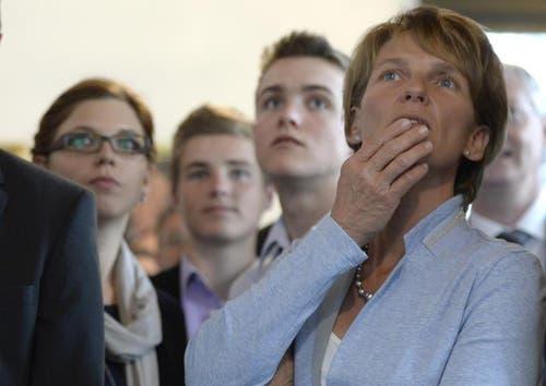 Karin Kayser (CVP) verfolgt gespannt die Ergebnisse - Sie wurde als neue Regierungsraetin des Kanton Nidwalden gewählt. (Bild: Keystone / Urs Flüeler)