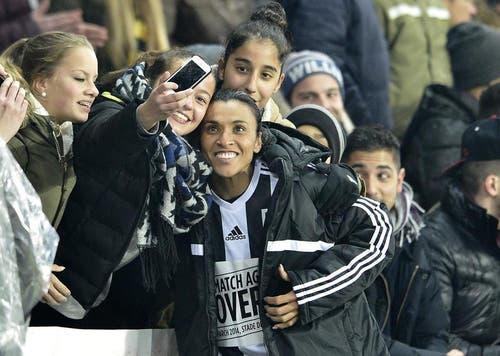 Ein Fan will sich mit Marta Vieira da Silva ablichten. (Bild: Keystone)
