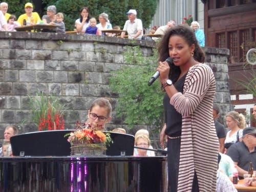 Fabienne Müller musiziert gemeinsam mit Eliane Müller (am Klavier). (Bild: Leserbild Josef Müller)