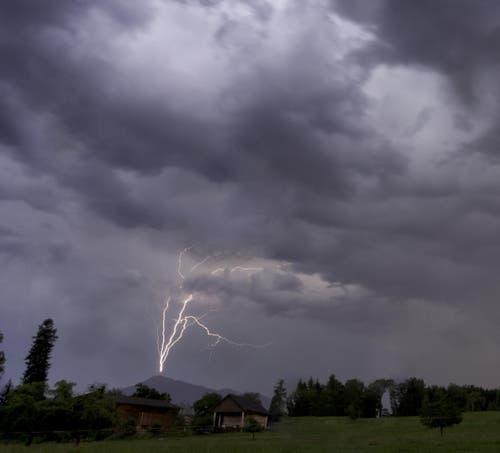 Blitzeinschlag in die Rigi-Antenne, fotografiert in Hünenberg See. (Bild: Beat Tschanz)