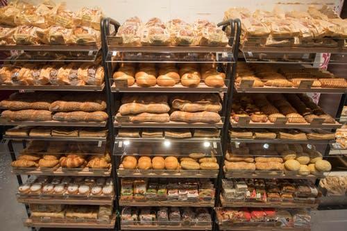 Auch diverse Brote sind in den Regalen zu finden. (Bild: Urs Flüeler / Keystone)