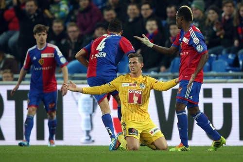Luzerns Remo Freuler (mitte) ärgert sich über einen Schiedsrichter entscheid. (Bild: Philipp Schmidli)