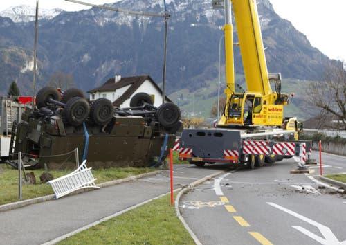 Das 14 Tonnen schwere Gefährt wird geborgen. (Bild: Geri Holdener, Bote)
