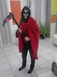 Amanda, welche ihre Sense für Halloween selbst gefertigt hat. (Bild: Leser / Toni Portmann-Portmann)