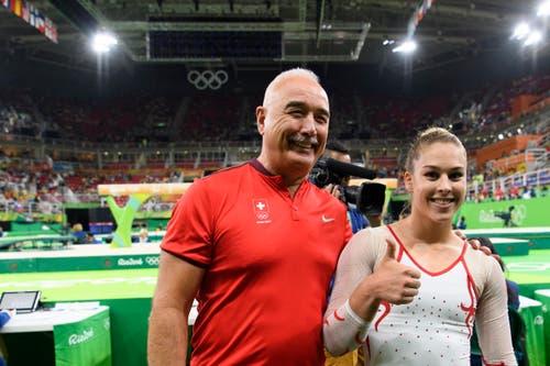 Bereit für grosse Taten: Giulia Steingruber mit ihrem Trainer Zoltan Jordanov. (Bild: Keystone / Laurent Gilliéron)