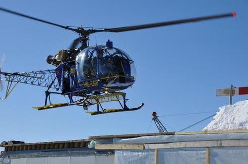 16. Januar: Die Mitarbeiter werden bei guten Witterungsverhältnissen jeweils Montag früh mit dem Helikopter vom Wirzweli aufs Stanserhorn geflogen. Und am Freitag fürs Wochenende zurück. Bei schlechtem Wetter müssen sie bis zu 2 Stunden ins Tal oder auf den Berg marschieren. (Bild: Robert Hess / Neue OZ)