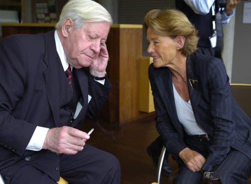 Helmut Schmidt mit Dürrenmatt-Witwe Charlotte Kerr am Schluss des World Ageing and Generations Congress 2005 an der Universität St.Gallen. (Bild: Keystone)