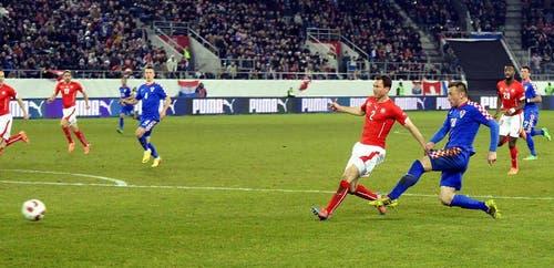 Ivica Olic (rechts) trifft zum 2:2 Ausgleich. (Bild: Keystone)