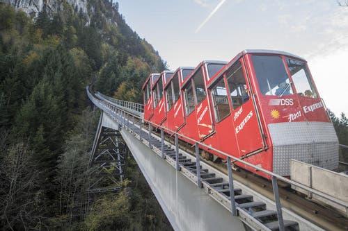 Blick auf die alte Standseilbahn, welche rückgebaut werden soll. (Bild: Urs Flüeler / Keystone (Schwyz, 12. Oktober 2017))