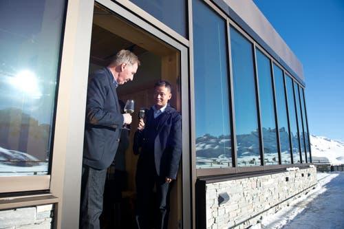 Das neu eröffnete Ferien-Resort und 4-Sterne Superior Hotel Family Lodge auf der Melchsee-Frutt. Auf dem Bild der chinesische Investor Yunfeng Gao (rechts) und Toni Bucher, Verwaltungsratpräsident der Eberli Gruppe. (Bild: Dominik Wunderli)