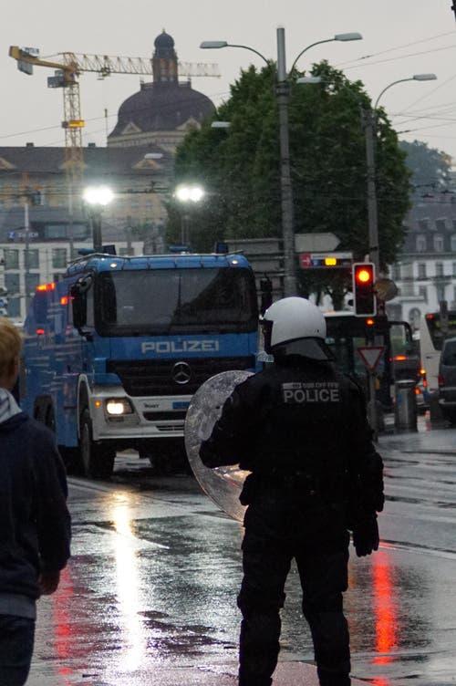 Grossaufgebot der Polizei beim Bahnhof. (Bild: Leserreporter)