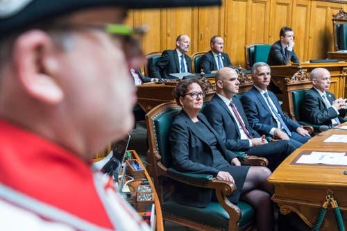 Die zurücktretende Bundeskanzlerin Corina Casanova, links, sitzt neben ihren Regierungskollegen den Bundesräten Alain Berset, Didier Burkhalter und Ueli Maurer während den Bundesratswahlen. (Bild: KEYSTONE / LUKAS LEHMANN)