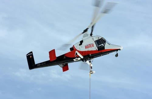 Ein Helikopter liefert die Pfeiler an. (Bild: Eveline Beerkircher/Neue LZ)