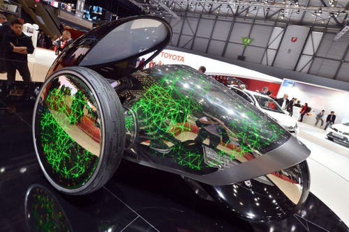 Wie aus einem Science-Fiction-Film: Der Toyota FV2 Future Mobility Concept hat kein Lenkrad, sondern wird durch die Körperstellung des Fahrers gesteuert. (Bild: Keystone)