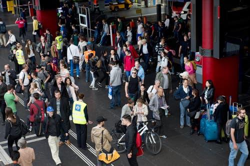 Pendlerzeit: Ein Zug entleert sich. (Bild: Eveline Beerkircher / Neue LZ)