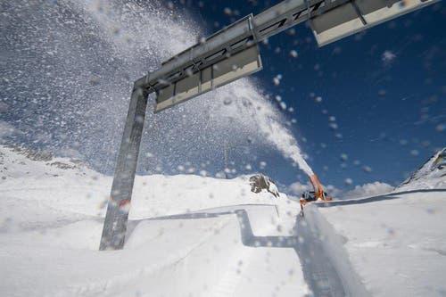 Schneeräumung auf dem Gotthard am 24. April 2014. (Bild: Valentin Luthiger)