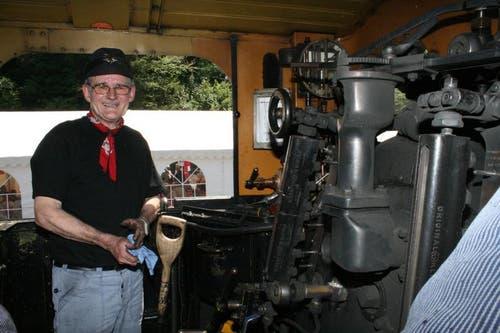 Nostalgische Züge waren die Attraktion auf dem Jubiläumsfest in Giswil. Heizer Hansruedi Sennhauser aus Langnau am Albis. (Bild: Marion Wannemacher / Neue OZ)