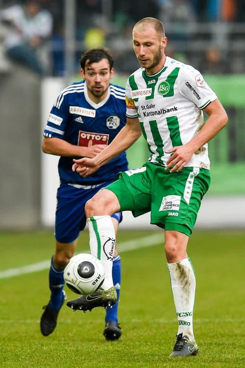 Dzengis Cavusevic von St. Gallen, rechts, vor dem FCL-Spieler Sebastian Schachten am Ball. (Bild: Keystone / Gian Ehrenzeller)