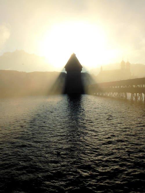 Platz 1 – 1640 Gefällt mir: Der Wasserturm gleicht einem Engel (21. Dezember). (Bild: Leser Walter Buholzer)