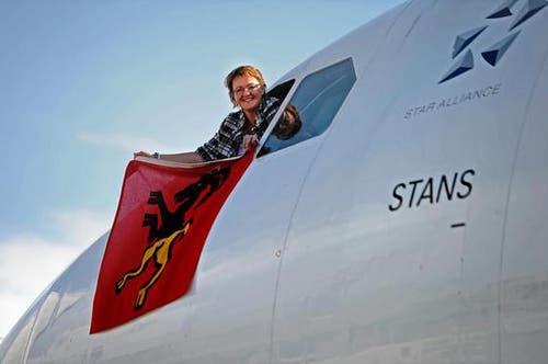 Gemeindepräsidentin Beatrice Richard mit dem Stanser Wappen. (Bild: Nadia Schärli/Neue LZ)