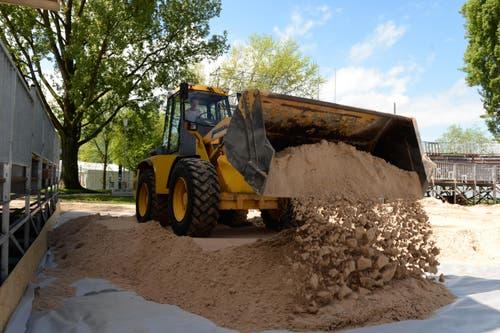 Ein Bagger bringt feinsten Quarzsand in die Arena beim Lido. (Bild: Nadia Schärli)