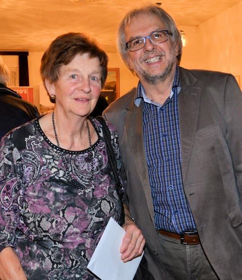 Margrit Bucher freute sich über die Bahnbillette, die ihr Hansjörg Kägi, verantwortlich für die Organisation der Zentralschweizer Jassmeisterschaften, überreichte. (Bild: Claudia Surek)