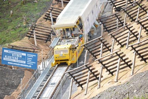 Zwischen dem obersten Tunnel und der Bergstation der Bahn wird aktuell der Schotter auf der Flachstrecke eingebaut sowie der Sicherheitszaun entlang dem Trassee eingerichtet. Die Fahrbahn auf dem Stoos gleicht einem klassischen Eisenbahn-Trassee. (1.6.2017) (Bild: PD)