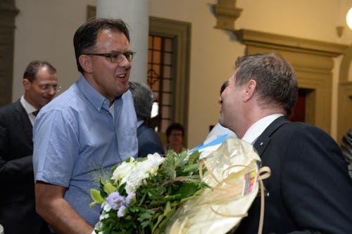 FDP-Präsident Peter Schilliger gratuliert Marcel Schwerzmann zu seiner Wahl. (Bild: Nadia Schärli / Neue LZ)