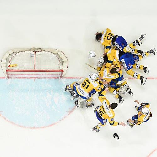 Die Davoser jubeln nach dem fünften Playoff-Finalspiel der NLA zwischen den ZSC Lions und dem HCD über den Titelgewinn. Der HC Davos hat die Playoff-Final-Serie mit 4:1 gewonnen (11. April). (Bild: Keystone / Ennio Leanza)