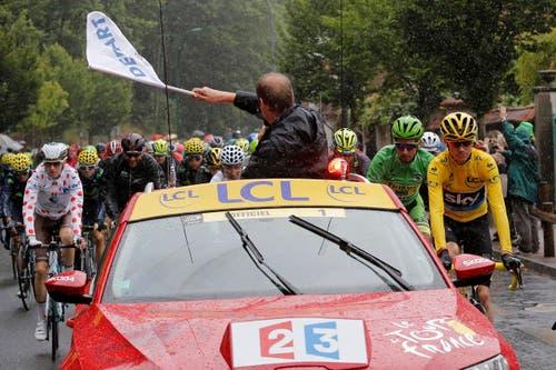 Tour-Direktor Christian Prudhomme gibt den Start zur 21. und letzten Etappe frei. (Bild: AP / Laurent Cipriani)