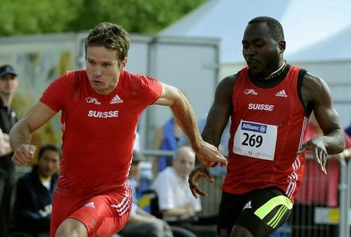 Der Leichtathlet Alex Wilson (rechts) übergibt den Stab an Marc Schneeberger, bei der 4x100 Meter Staffel. (Bild: Keystone)