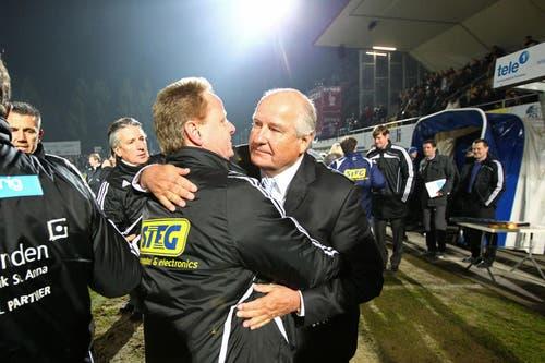 12. März 2011: Luzern besiegt die Grasshoppers dank einem Treffer von Hakan Yakin 1:0. FCL-Präsident Walter Stierli und Rolf Fringer umarmen sich. (Bild: Philipp Schmidli/Neue LZ)