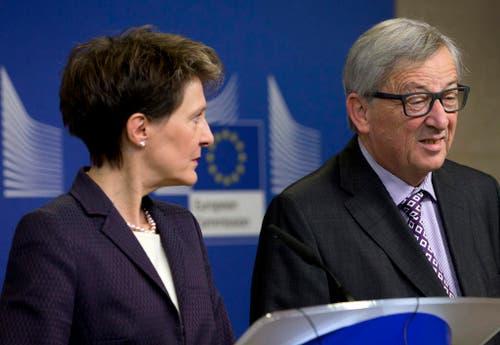 21. Dezember: In den Positionen sind sie sich etwas näher gekommen, doch diesmal halten sie körperlich Distanz: EU-Kommissionspräsident Jean-Claude Juncker und die Schweizer Bundespräsidentin Simonetta Sommaruga informieren die Medien über den Stand der Verhandlungen in der Umsetzung der Masseneinwanderungsinitiative. (Bild: AP/Virginia Mayo)