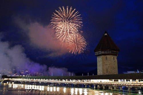 29. Juni: Es fing im Regen an und endete mit einem Feuerwerk und einer langen Partynacht: Das Luzerner Fest konnte dieses Jahr wegen des anfänglich schlechten Wetters nicht mehr so viele Besucher anziehen wie in den Vorjahren. (Bild: Philipp Schmidli / Neue LZ)