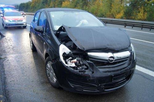 07.10.2015: Zwei Auffahrkollisionen in Dietwil und Inwil. Involviert waren fünf Autos. Eine Person wurde verletzt. Sachschaden: Mehrere 10'000 Franken. (Bild: Zuger Polizei)