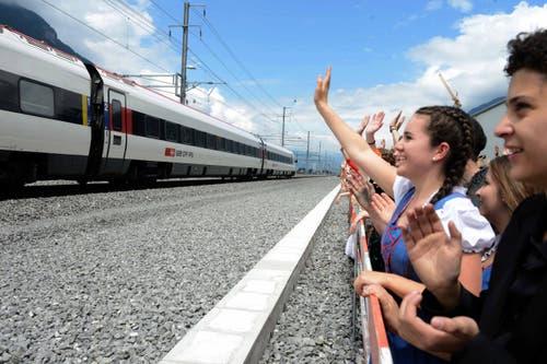 Das Publikum freut sich über die erste Durchfahrt beim Festplatz in Rynächt. (Bild: Nadia Schärli)
