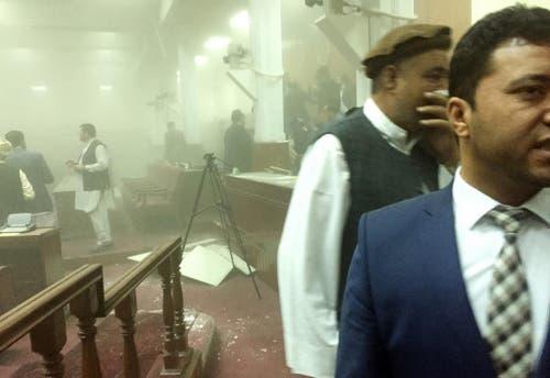 22. Juni: Die Taliban greifen ein symbolträchtiges Ziel in Kabul an. Sieben Kämpfer versuchen, das Parlamentsgebäude zu stürmen, sie liefern sich ein zweistündiges Gefecht mit den Sicherheitskräften, in dessen Verlauf sie erschossen werden. Ein achter Terrorist hatte sich zuvor mit einer Autobombe in die Luft gesprengt. Das Bild des Parlamentsabgeodneten Naqibullah Faiq zeigt die rauchdurchdrungene Haupthalle. (Bild: AP / Naqibullah Faiq)