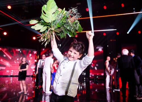 Flavio Rizzello jubelt nach der Final-Sendung der SRF-Show «Die grössten Schweizer Talente 2015». Der Elfjährige gewinnt 100'000 Franken. (Bild: Keystone / SRF / Mirco Rederlechner)