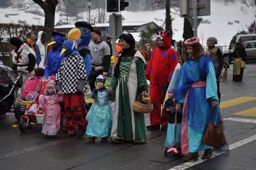 Die Burgfrauen und Ritter waren mit Globi unterwegs. (Bild: Birgit Scheidegger (Lungern, 10. Februar 2018))