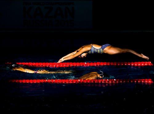 Schwimmer wärmen sich vor dem Nachtrennen an den Schwimmweltmeisterschaften in Kazan auf (5. August). (Bild: Keystone / Patrick B. Kraemer)