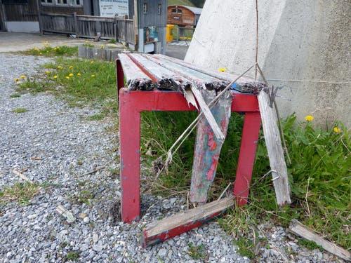 Bei der Zwischenstation Turren zerfällt eine Sitzbank. (Bild: Markus von Rotz / Neue OZ)