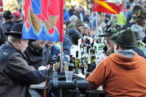 Bier und Wein – nach dem Schiessen darf das sein. (Bild: Urs Hanhart (Neue UZ))