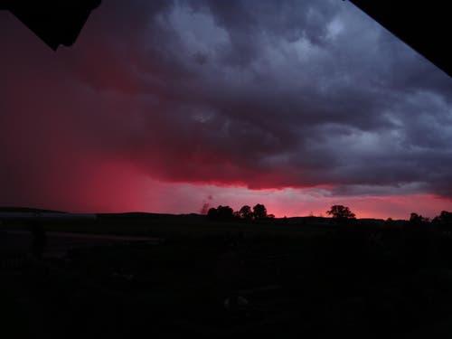 Sonnenuntergang am 17.8.16.Links im Bild die Regenfront. (Bild: Leserbild Walter Bühler)