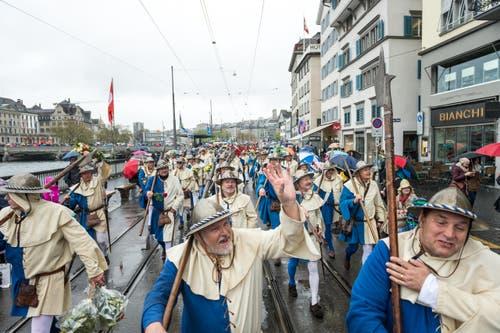 Aufmarsch des «Sempacher Harsts» in blau-weissem Gewand. (Bild: Roger Grütter / Neue LZ)