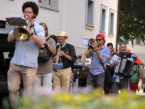 Einmarsch der Musikanten im Dorf. (Bild: Urs Hanhart)
